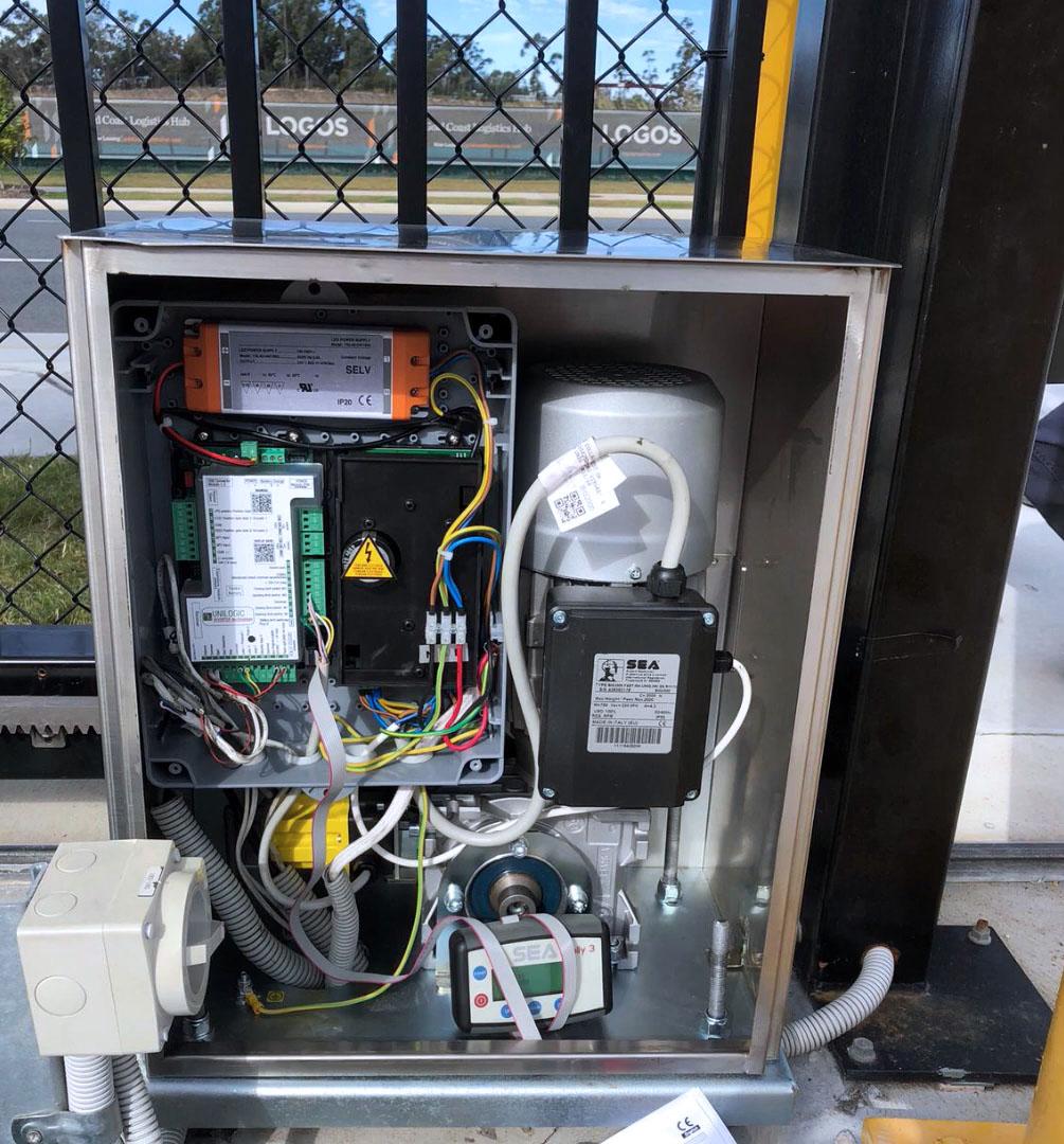 Привод в масляной ванне для промышленных откатных ворот SEA BIG 4000. Вид изнутри на двигатель привода